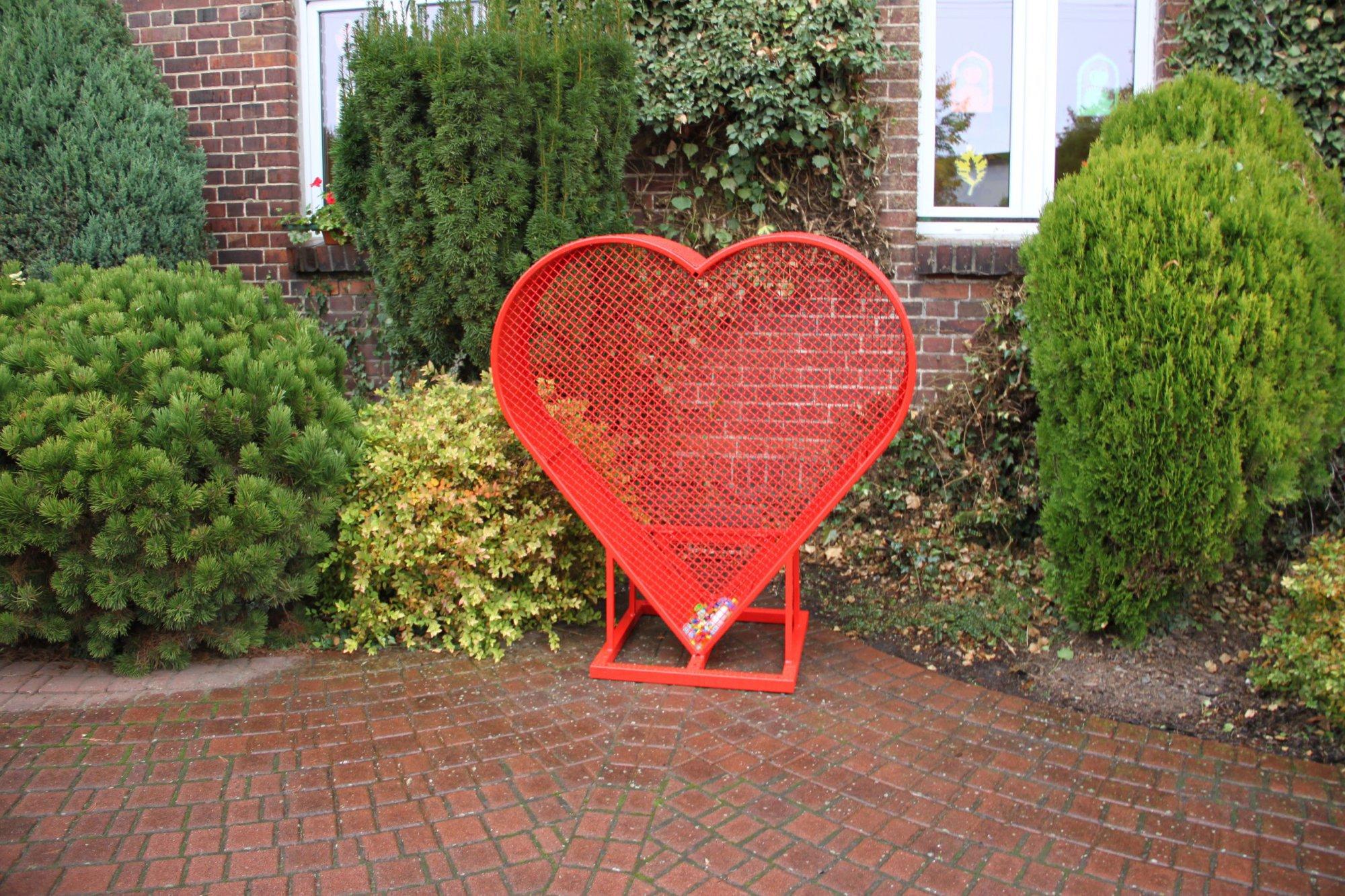 Serce przy budynku Przedszkola w Starym Luboszu
